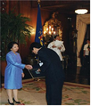 2002년 6월 8일 필리핀 대통령 글로리아 마카파갈아로요가 김동만에게 감사패를 수여하는 모습1.png