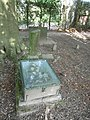 2020-06-22 — Algemene begraafplaats Diepenheim – soort graftrommel en een afgebroken zuil.jpg