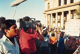 Acto de celebración del Día Internacional de la Mujer Trabajadora en Managua (1988). En el cartel pone: Juntos en todo luchamos contra el maltrato de la mujer.