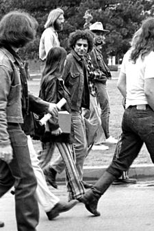 Hoffman (center) visiting the University of Oklahoma to protest the Vietnam War, c. 1969