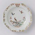 Achthoekig diep bord met ee vlinder en vogels bij bloeiende planten, in de rand het wapen van de familie Darcet.jpeg