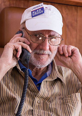 Alan Gross - Alan Gross talking on the phone with President Barack Obama, 2014