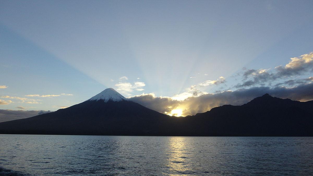 Amanecer sobre el Lago LLanquihue y Volcán Osorno, vista desde la costanera de Puerto Varas.JPG