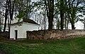 Běleč - židovský hřbitov - vstup + zeď.jpg