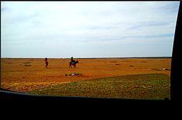8afff9c3d53ee زوجان فلاحان في منطقة قروية حيث تبدو عناية الزوج بزوجته من خلال هذا التصرف  الفطري والسليم رغم الإنعزالية عن المناطق الحضارة والمناطق الحضرية