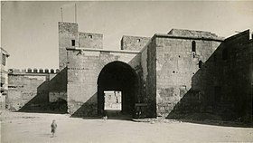 Bab al-Nasr seen from Sharia al-Muizz.jpg