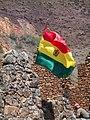 Bandera de Bolivia incrustada en el muro de piedra.jpg