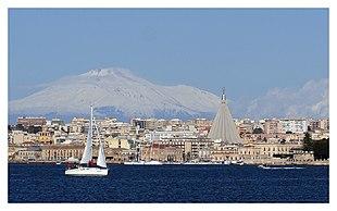 La città vista dal mare con l'Etna alle spalle