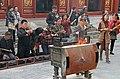 Beijing-Lamakloster Yonghe-74-Hof3-Opfernde-gje.jpg