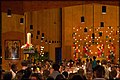 Beim Lichtergottesdienst werden die Kerzen an der Osterkerze entzündet.jpg