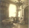 Berkheimer Schlössle 1894 Salon mit Alwine Kröner.PNG