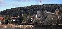 Hahnenklee mit dem Bocksberg im Hintergrund und dem Kranicher Teich im Vordergrund