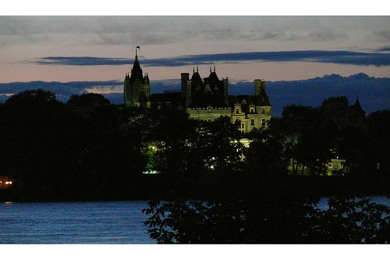 File:Boldt Castle at night 2.jpg