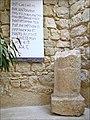 Borne romaine sur la route du pèlerinage au sanctuaire de Moïse (Jordanie) (38454556074).jpg