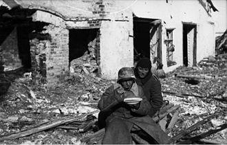 Kholm Pocket - Image: Bundesarchiv Bild 101I 004 3637 35A, Russland, Cholm, essender Soldat
