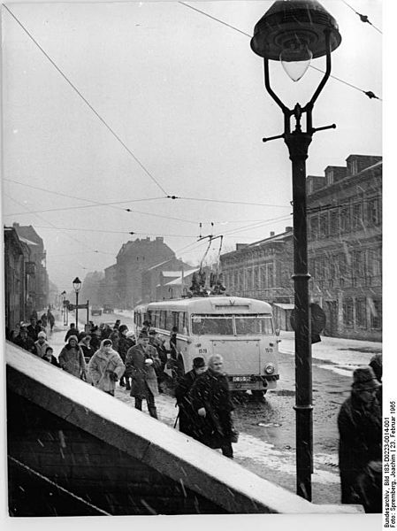 file bundesarchiv bild 183 d0223 0014 001 berlin bushaltestelle am bahnhof lichterberg winter. Black Bedroom Furniture Sets. Home Design Ideas