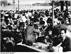 """Bundesarchiv Bild 183-G0421-0041-001, Berlin, Gesellschaftshaus """"Grünau"""".jpg"""