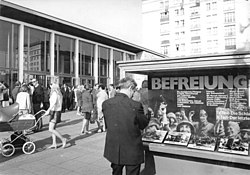"Bundesarchiv Bild 183-L0508-0031, Berlin, Karl-Marx-Allee, Kino ""International"".jpg"