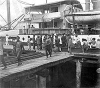 COLLECTIE TROPENMUSEUM Chinese koelies uit Shantou verlaten het schip 's Jacob in de haven van Belawan Sumatra om in de tabakcultuur te gaan werken TMnr 10001445.jpg