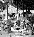 COLLECTIE TROPENMUSEUM Draad spoelen en weven in een Puri (vorstenverblijf) op Bali TMnr 10014388.jpg