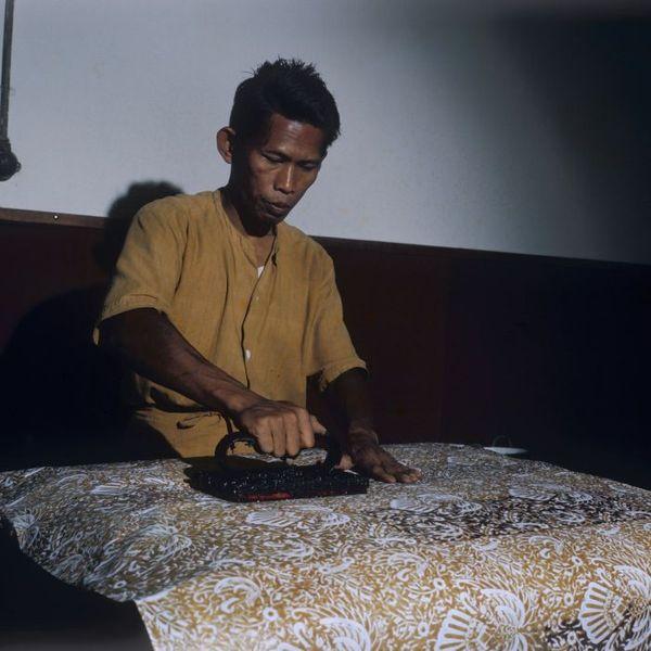 Berkas:COLLECTIE TROPENMUSEUM Een batikker aan het werk met een wasstempel TMnr 20018444.jpg