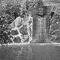 COLLECTIE TROPENMUSEUM Een met een reliëf van een badende jonge man en gekko's versierde waterspuwer TMnr 60026308.jpg