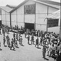 COLLECTIE TROPENMUSEUM Militairen op een kade met douanekantoor bij aankomst of vertrek van een schip TMnr 10028588.jpg