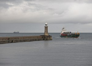 English: Cargo vessel enters the River Tyne