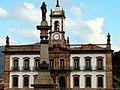 Casa dos Contos com a Estatua de Tiradentes a frente.JPG