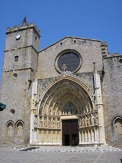Vista frontal de la Catedràl de Castelló d'Empúries.