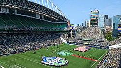 Terenul și locurile înconjurătoare cu spectacol pre-joc pe teren.