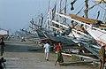 Collectie NMvWereldculturen, TM-20020639, Dia, 'Buginese prauwen langs de kade in de haven Sunda Kelapa', fotograaf Henk van Rinsum, 1980.jpg