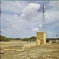 Collectie Nationaal Museum van Wereldculturen TM-20029679 Waterput waarbij het water wordt opgepompt door middel van windkracht Bonaire Boy Lawson (Fotograaf).jpg