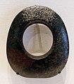 Cultura di hongshan, disco perforato ovvero accetta cerimoniale in serpentino, cina nordorientale, 4700-2920 ac ca.jpg