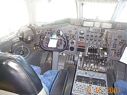 DC-8のコックピット、写真右のスロットル前方に着いているのがリバース・レバー