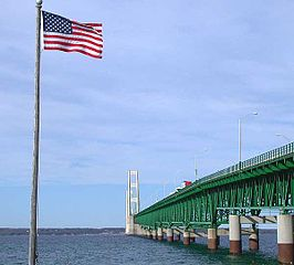 Straat van Mackinac overspannen door de Mackinac Bridge