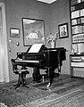 Das Klavier von Alban Berg (1885–1935) 1961 USIS (US 13.186-2).jpg