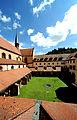 Das Kloster Bronnbach, Kreuzgang und Kirche.jpg