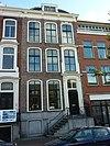 foto van Pand met tweeling gevel met nr. 16 op hardstenen plint met dito stoep, versierde ingangstravee, kroonlijst op gesneden consoles, alles in Lodewijk XIV-stijl