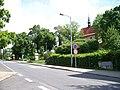 Dolní Chabry, Bílenecké náměstí, kostel, od ulice Pod zámečkem.jpg