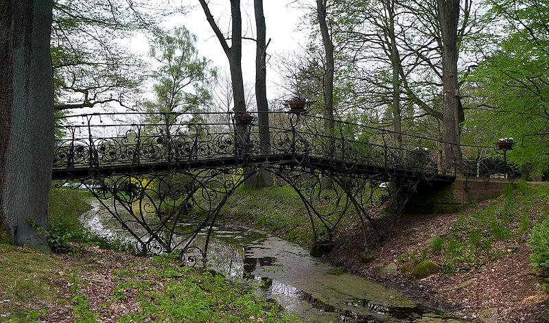 File:Eiserne Brücke Friedhof Ohlsdorf.jpg