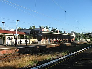Essendon railway station, Melbourne (island platform).jpg