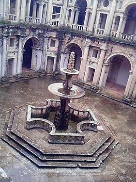 Fonte do claustro D.João III.jpg