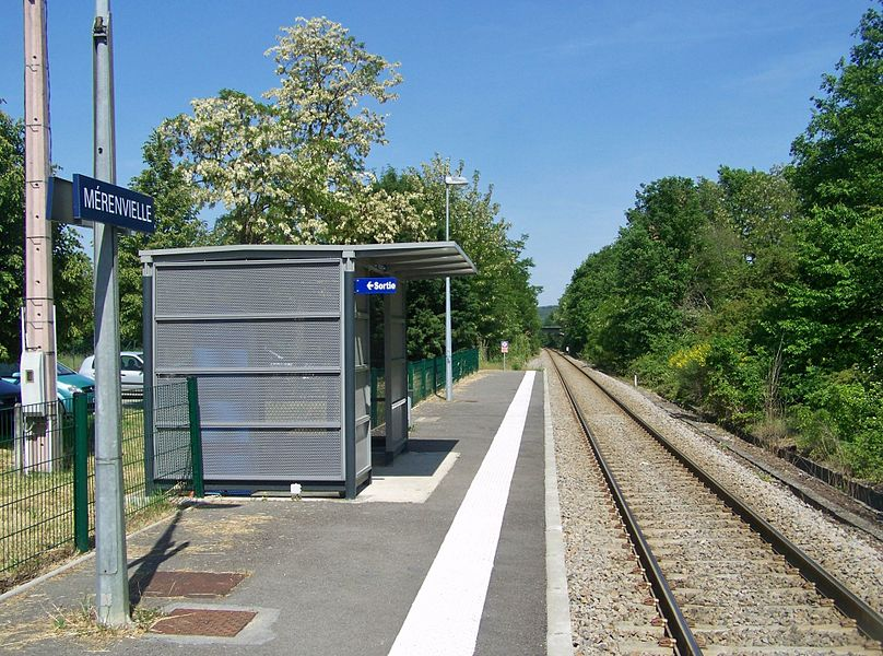 View, in the direction of Toulouse, of the single track and platform of the Mérenvielle railway station, in Haute-Garonne, France.