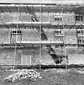 Gedeelte van de achtergevel, in de steigers. In de muur is een smalle verticale uitbraak te zien. - Ewijk - 20400906 - RCE.jpg