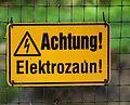 Gelbes Hinweisschild Achtung Elektrozaun.JPG