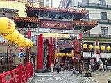 手前右の建物が京華園