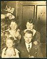 Grete Hoell hinten rechts als junge Frau im Kreise ihrer Geschwister Baumgarten um 1930 1931.jpg