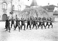 Gruppe von Infanteristen beim Bajonettfechten - CH-BAR - 3238129.tif