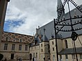 Hôtel-Dieu de Beaune - Cour d'Honneur - well (34813465264).jpg